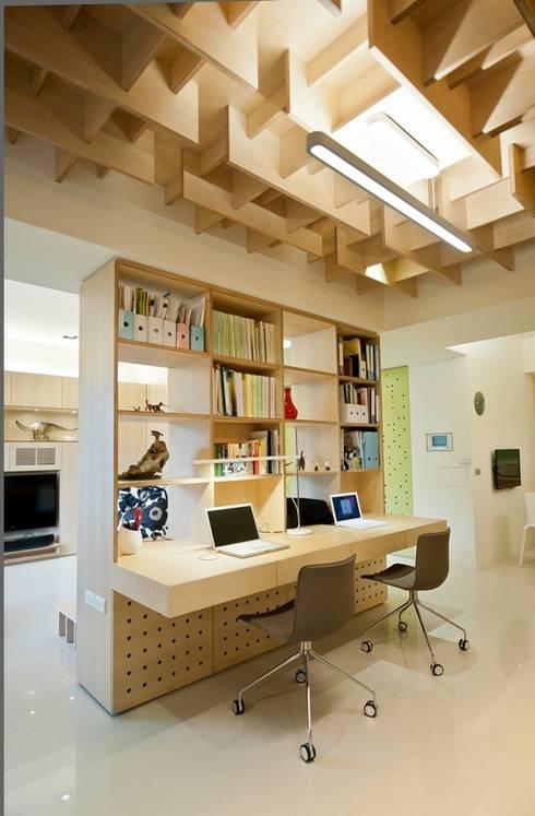 開放式書櫃讓客廳與書房不過於封閉:  書房/辦公室 by 直方設計有限公司