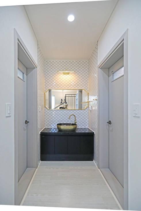 2층 공용욕실: 하우스톡의  욕실