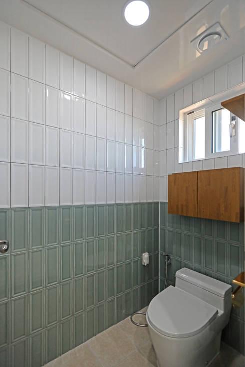 2층 공용욕실 - 화장실: 하우스톡의  욕실