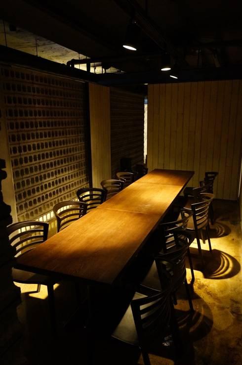 실내: AVANT DESIGN GROUP의  바 & 카페