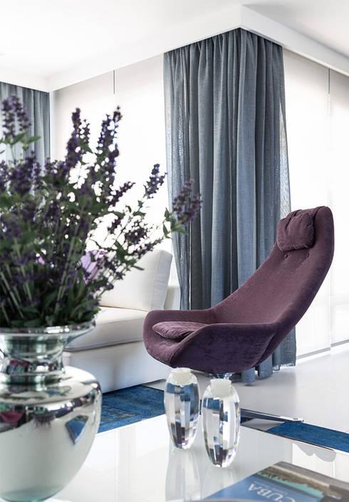 غرفة المعيشة تنفيذ Anne Báril Arquitetura