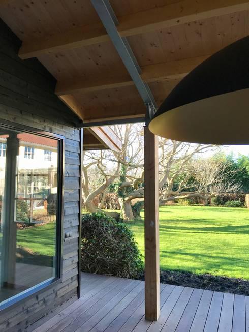Loungehoek:  Terras door MEF Architect