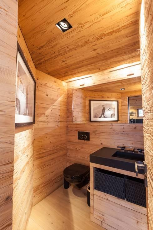 WC in Altholz mit Granitabdeckung Nero Assoluto:  Badezimmer von RH-Design Innenausbau, Möbel und Küchenbau  im Raum Aarau