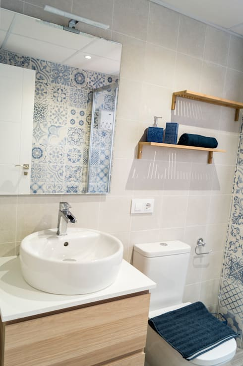 Baños de estilo  por Housing & Colours