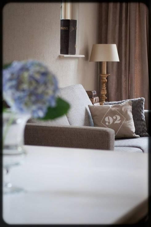 Make-over woonhuis Hilversum:  Woonkamer door Whitehouse decorations