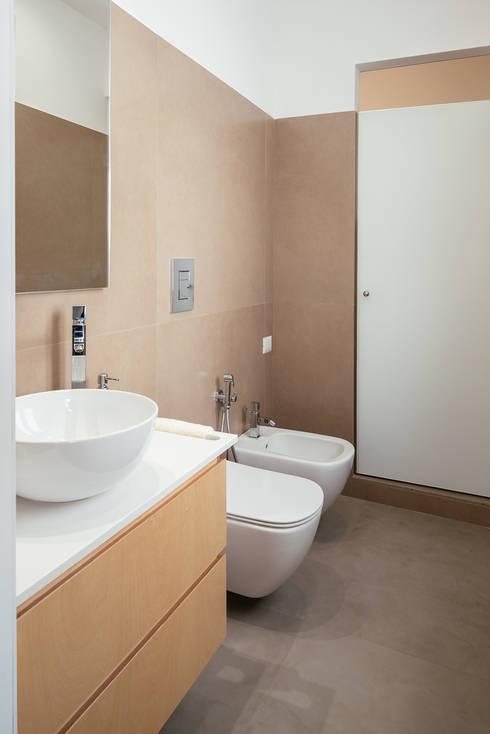 Bagno degli ospiti: Bagno in stile  di manuarino architettura design comunicazione