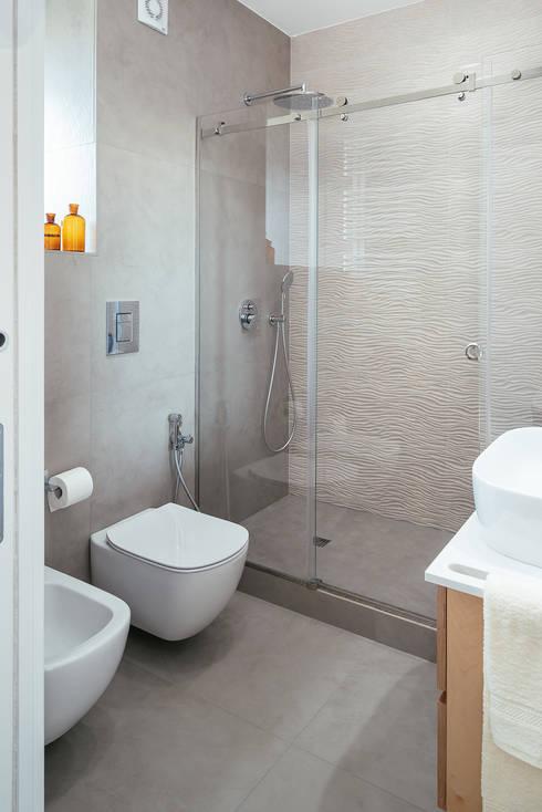 Bagno con doccia: Bagno in stile  di manuarino architettura design comunicazione