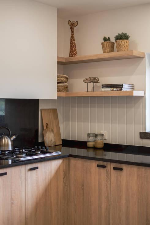 Detalhes de bancada de cozinha : Armários de cozinha  por Rima Design
