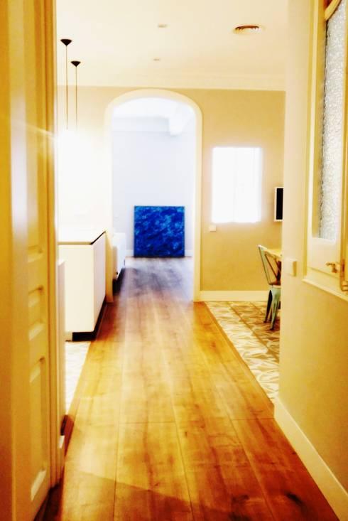 Centro vivienda y Pasos longitudinales: Pasillos y vestíbulos de estilo  de Arpa'Studio Arquitectura y Feng Shui