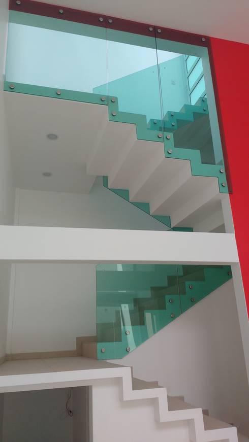 CUBO DE ESCALERA: Escaleras de estilo  por TRASSO ATELIER