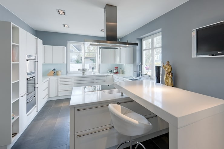 Villa Potsdam: moderne Küche von BERLINRODEO interior concepts GmbH