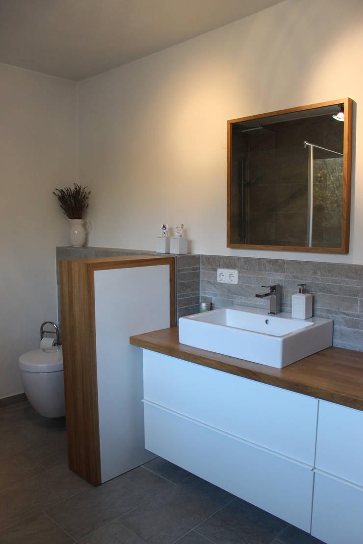 haus l oberpfalz: moderne Badezimmer von innenarchitektur s. kaiser