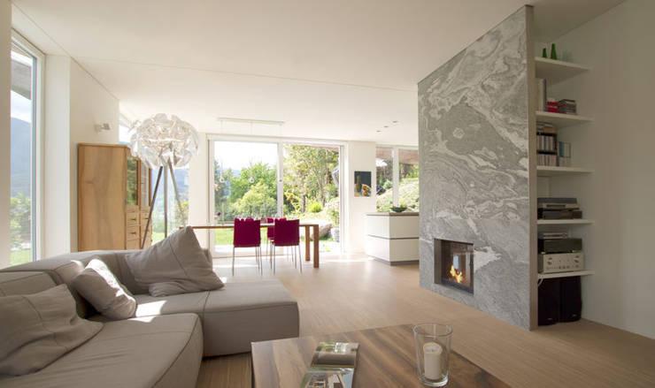 Casa Locarno // Wohnbereich:  Wohnzimmer von designyougo - architects and designers