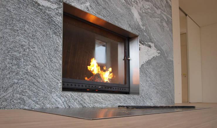 Casa Locarno // Kamin: mediterrane Wohnzimmer von designyougo - architects and designers