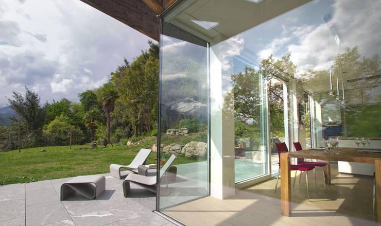 Casa Locarno // Sonnenterrasse:  Terrasse von designyougo - architects and designers