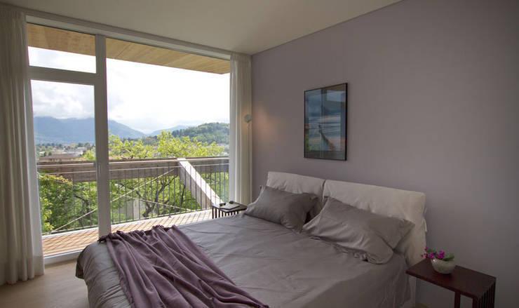 Casa Locarno // Elternschlafzimmer: mediterrane Schlafzimmer von designyougo - architects and designers