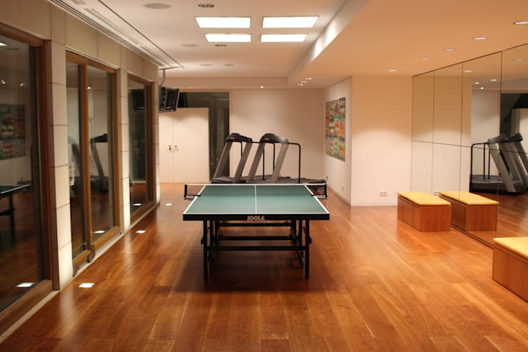 Tischtennis: moderner Fitnessraum von Architekten Graf + Graf