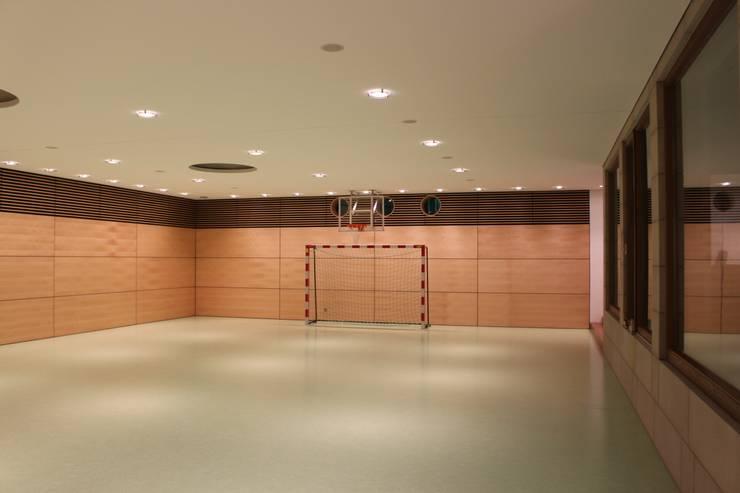 Fitnessraum & Sporthalle: moderner Fitnessraum von Architekten Graf + Graf