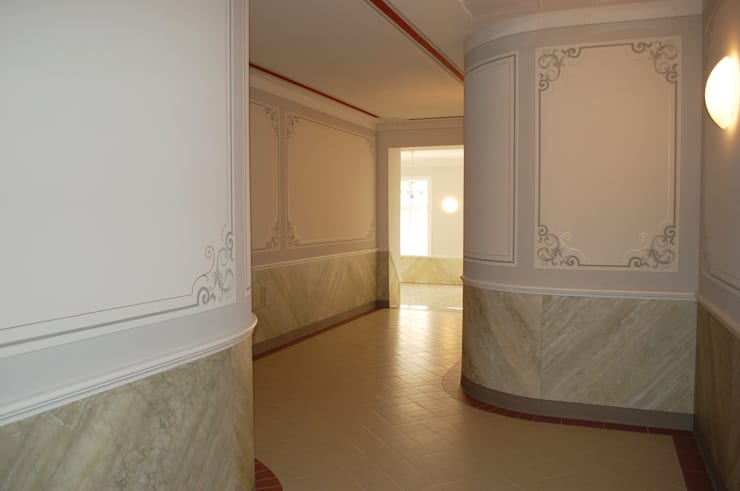 Gestaltung eines Treppenhauses in einem ehemaligen Schulgebäude:  Flur & Diele von Wandmalerei & Oberflächenveredelungen