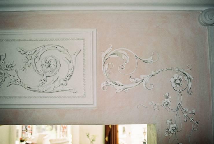 Elegante Innenraumgestaltung  in neugebauter Villa:  Wohnzimmer von Wandmalerei & Oberflächenveredelungen