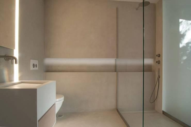 Badezimmer - Feuchträume in Betonoptik: industriale Badezimmer von Fugenlose  mineralische Böden und Wände
