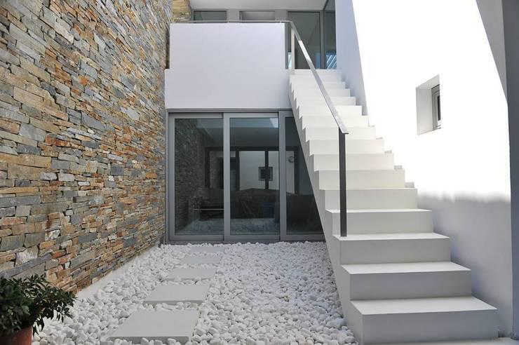 Spachtelböden im Außenbereich - Betonoptik: mediterraner Flur, Diele & Treppenhaus von Fugenlose  mineralische Böden und Wände