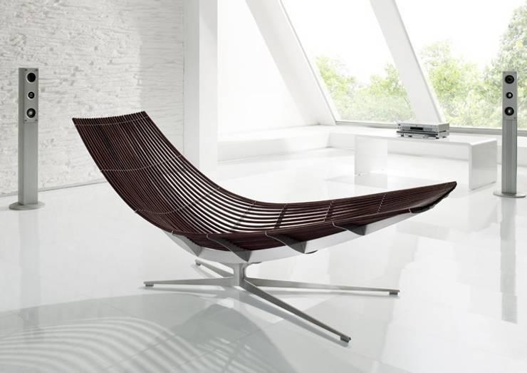 Design-Liege mit elegantem Fuß in Edelstahl:  Wohnzimmer von KERN-DESIGN GmbH Innenarchitektur + Einrichtung