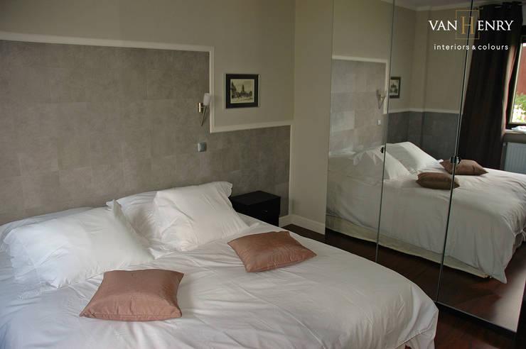 """""""Berlin"""" Wohnung: moderne Schlafzimmer von vanHenry interiors & colours"""