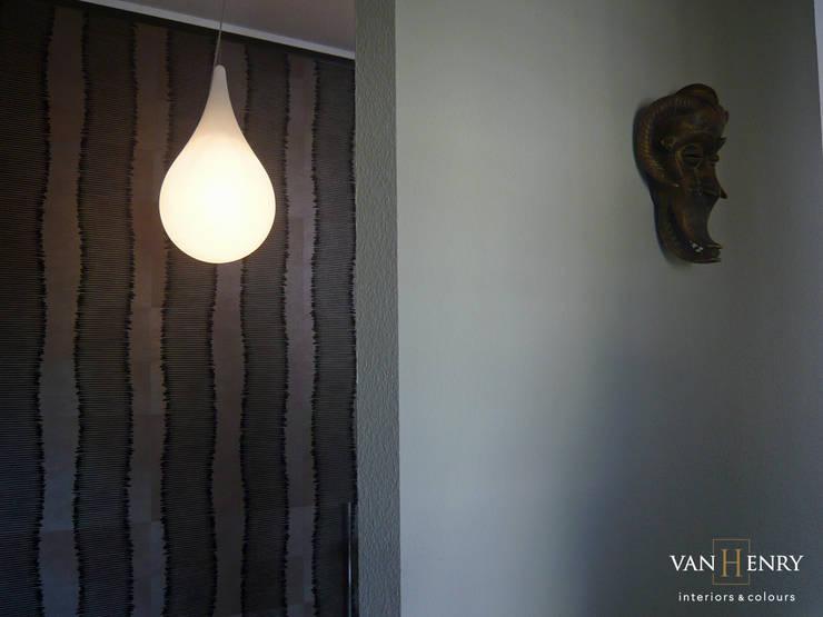 African way of life:  Wohnzimmer von vanHenry interiors & colours