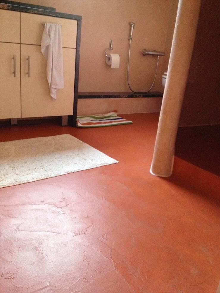 Badezimmer in warmen terracotto:  Badezimmer von Malerbetrieb Trynoga