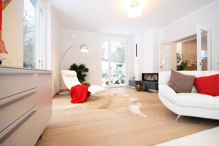 moderne Villa: moderne Wohnzimmer von Home Staging Cornelia Reichel
