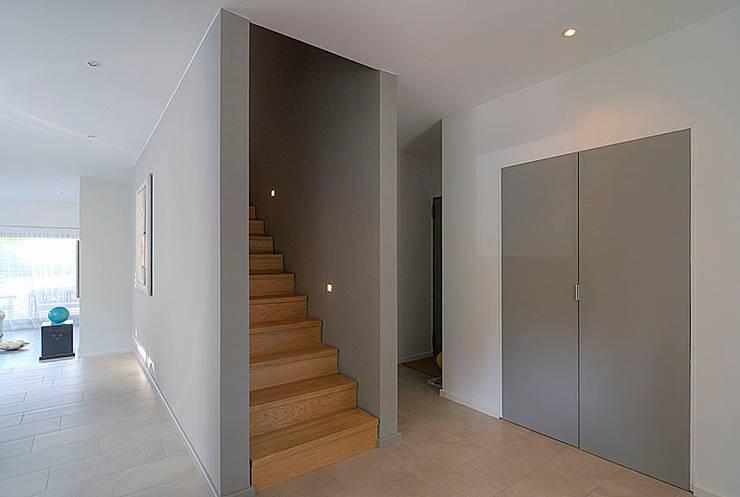 Eingang und Flur:  Flur & Diele von  Design