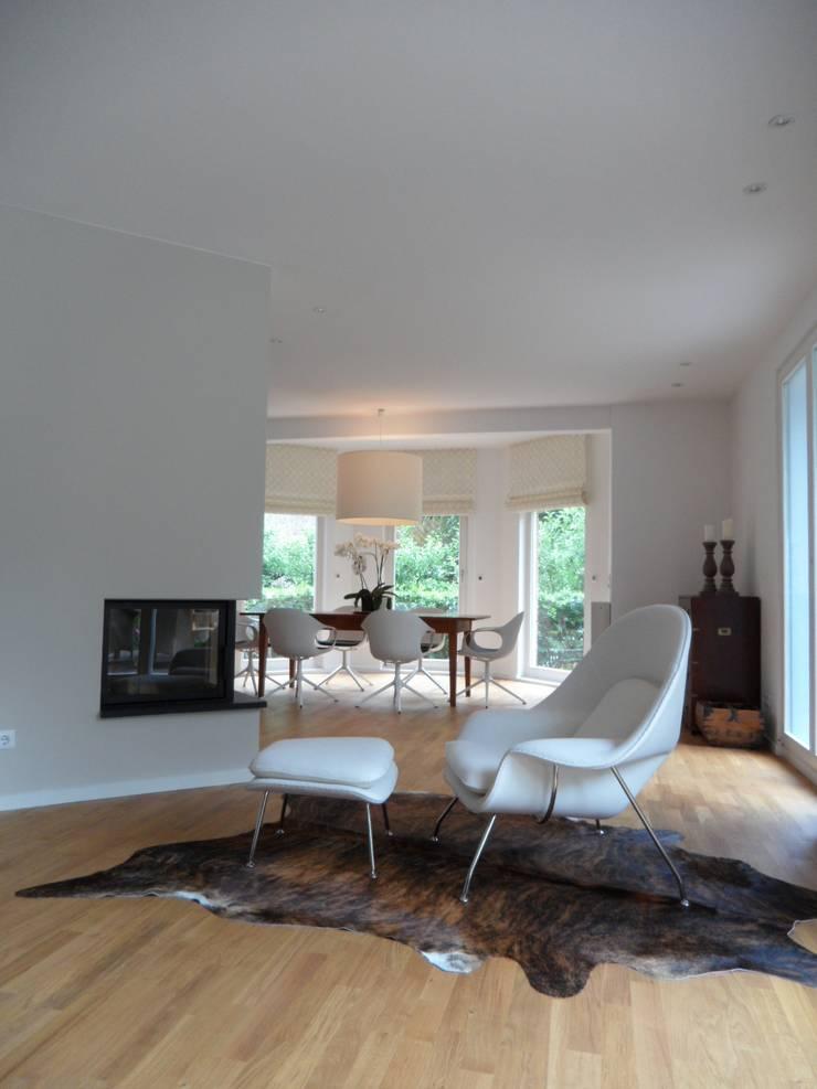 Eßzimmer und Kamin: skandinavische Wohnzimmer von  Design