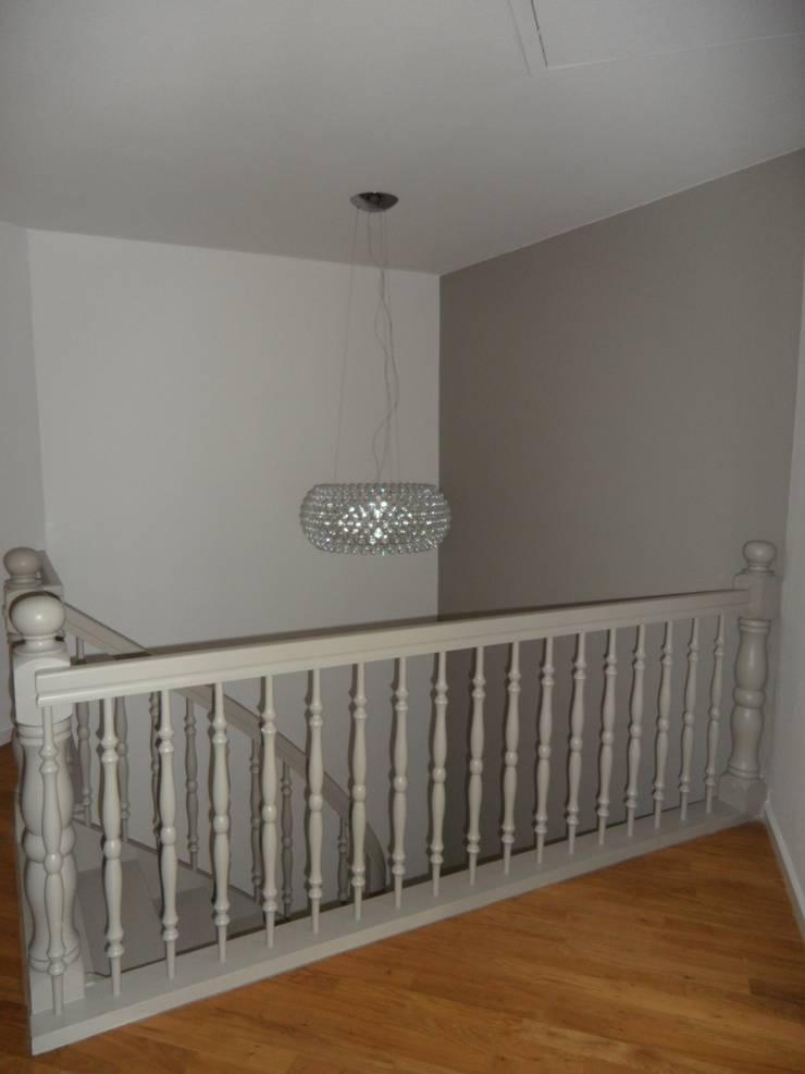 Das Treppenhaus: klassischer Flur, Diele & Treppenhaus von  Design