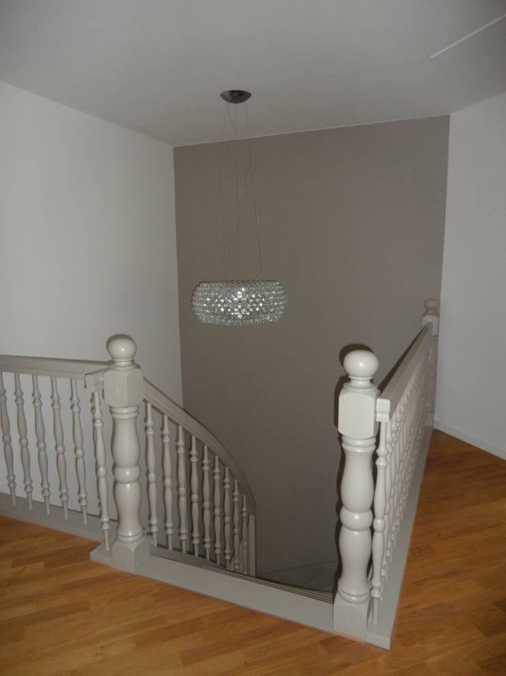 Das Treppenhaus :  Flur & Diele von  Design