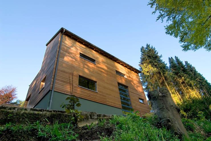 Haus K.: rustikale Häuser von Architekturbüro Riek