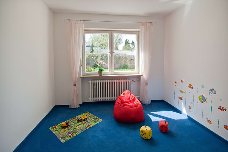 Bungalow aus den 60ern: klassische Kinderzimmer von IMMOstyling - DIE Homestaging Agentur
