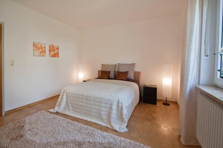 Bungalow aus den 60ern: klassische Schlafzimmer von IMMOstyling - DIE Homestaging Agentur