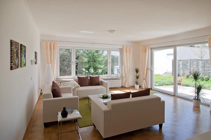 Bungalow aus den 60ern: klassische Wohnzimmer von IMMOstyling - DIE Homestaging Agentur