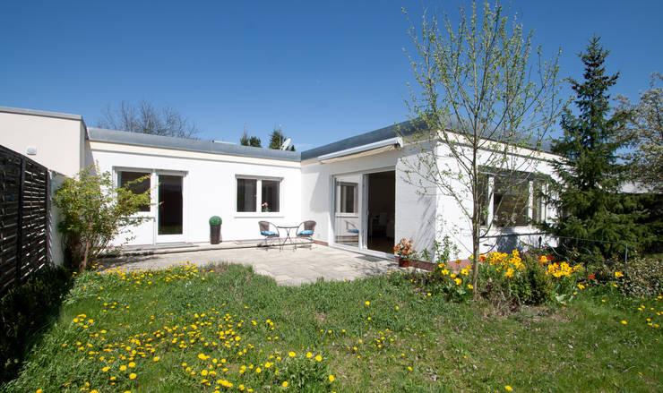 Bungalow aus den 60ern: klassische Häuser von IMMOstyling - DIE Homestaging Agentur
