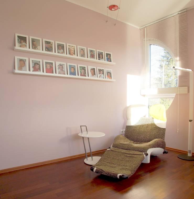 """Sitzecke im """"Rosa Salon"""": moderne Wohnzimmer von Einrichtungsideen"""