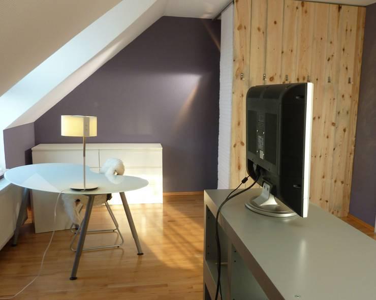 Jugendzimmer Arbeitsbereich + Kleiderecke: moderne Kinderzimmer von Einrichtungsideen