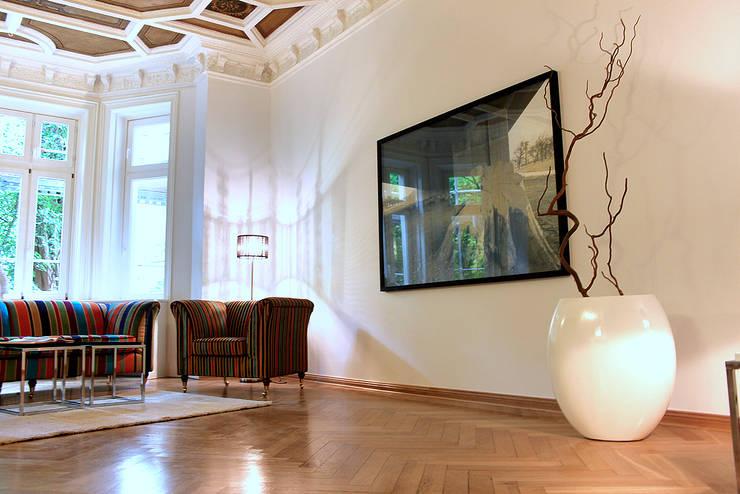 Musterwohnung in san. Altbau-Villa in Leipzig: klassische Wohnzimmer von wohnhelden Home Staging