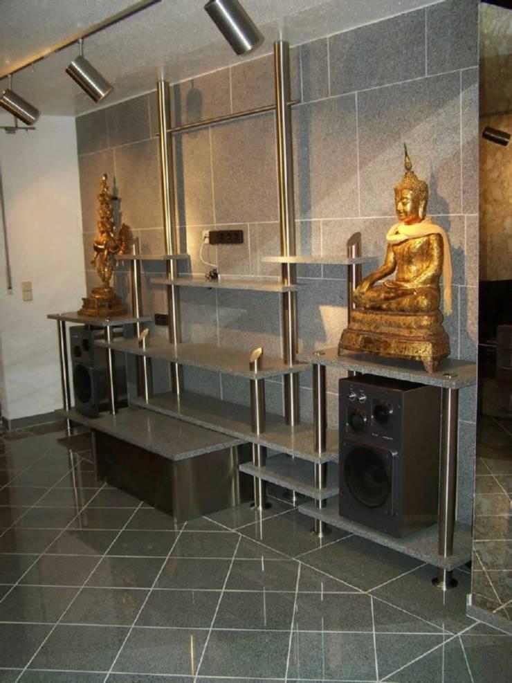 Sala multimedia de estilo  por Edelstahl Atelier Crouse - Stainless Steel Atelier