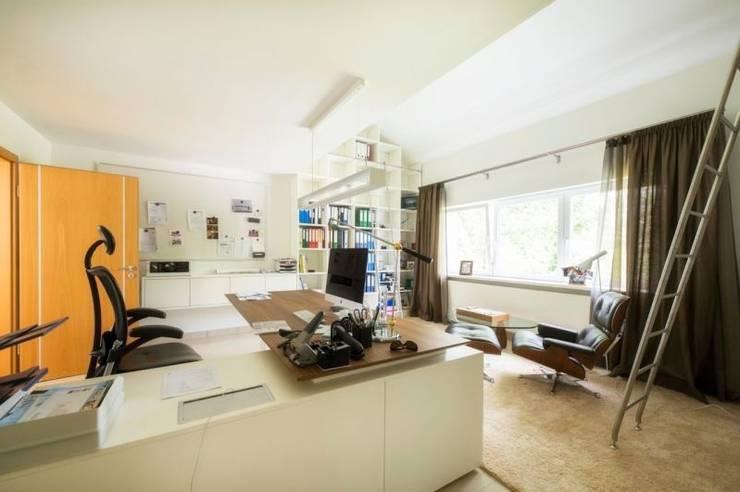 Home Office – exklusive Ausstattung – u.a. mit VITRA : moderne Arbeitszimmer von tRÄUME - Ideen Raum geben