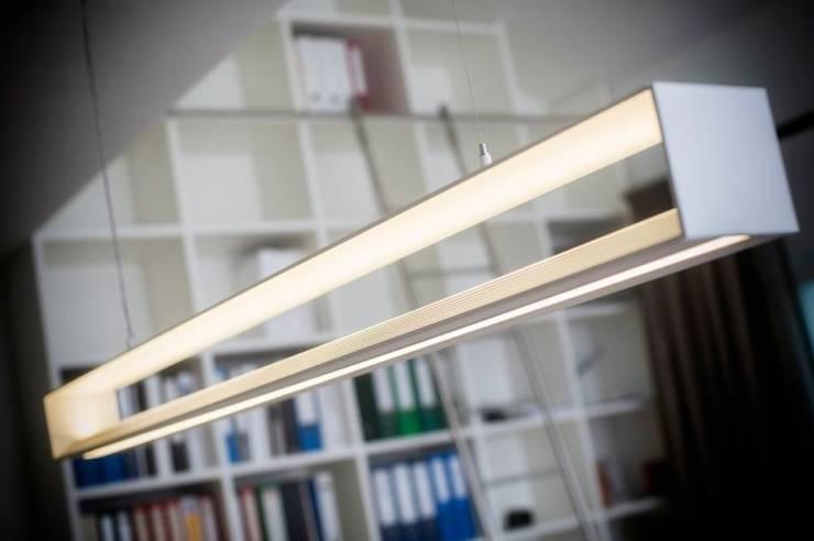 Home Office - exklusive Ausstattung - u.a. mit VITRA : moderne Arbeitszimmer von tRÄUME - Ideen Raum geben