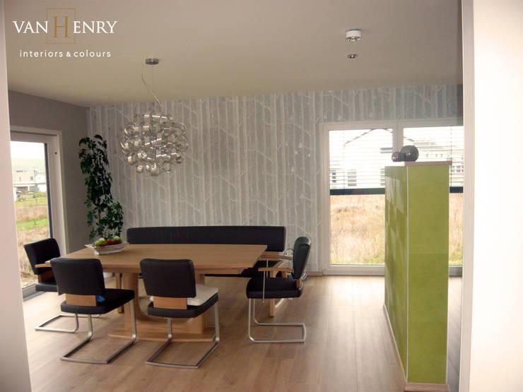 Einfamilienhaus, Küche und Essbereich: moderne Esszimmer von vanHenry interiors & colours