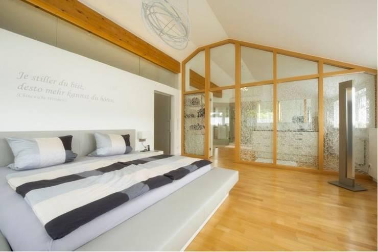 Exklusives Schlafzimmer : moderne Schlafzimmer von tRÄUME - Ideen Raum geben