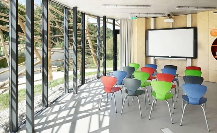 Salas multimedia de estilo  de [lu:p] Architektur GmbH