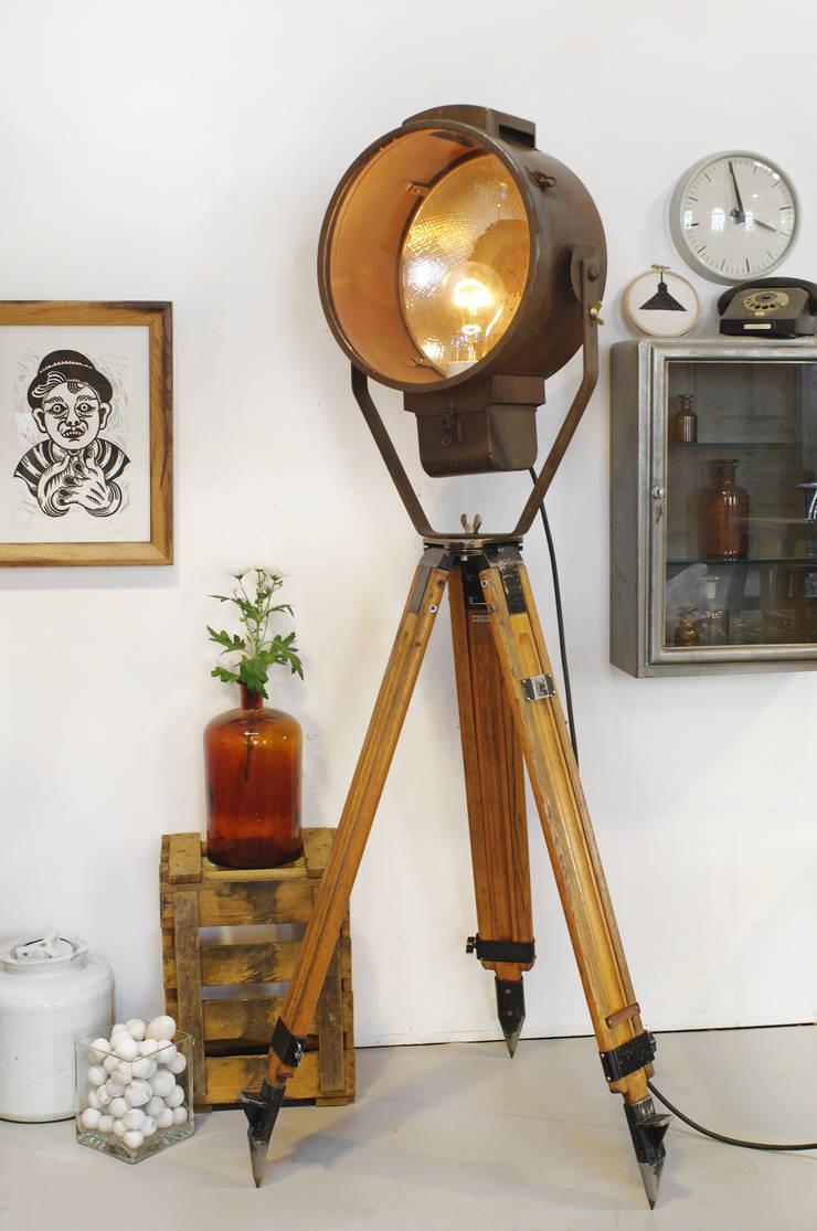Scheinwerfer auf Holzstativ:  Wohnzimmer von Goldstein & Co.